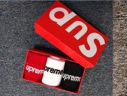 Baumwoll-geschenkbrief online-1 Box Brief Gezeiten Marke Socken Baumwolle Geschenkbox Skateboard Sport Socken 3 Farbe Schwarz Weiß Rot Europäischen Und Amerikanischen Streetwear Casual Lager