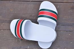 Donne resistenti alle scivolature online-GUCCI La migliore vendita di uomini e donne di design di lusso estate sandali in gomma da spiaggia scivolare moda resistente all'usura bianco nero pantofole scarpe da esterno