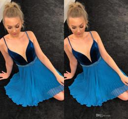 vestiti blu da ritorno a velluto blu Sconti Sexy blu plissettato in velluto di velluto abiti da festa con scollo a V Spaghetti cinghie che bordano teli corti abiti da ballo da cocktail