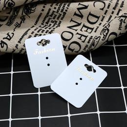 Tarjetas de plastico baratas online-China Barato 2018 Moda anillo de oreja Tarjetas 100pcs Lote Favor anillo Exhibición de la bandeja Bandeja de la joyería de plástico blanco puede tarjetas personalizadas