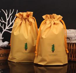 Soft christmas tree decorations online-Sacchetto regalo con cordino verde Albero di Natale Sacco Morbido EVA Fabic Presents Favori Giocattoli Wrap Borse Vacanza XMAS Decorazione gialla