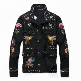 Jeans di ricamo maschile online-Giacca e cappotto da uomo Trendy Ricamo Distintivo Patchwork Giacca di jeans 2019 Moda invernale Giacca da uomo Jean Capispalla Uomo Cowboy Plus Taglia M-4XL