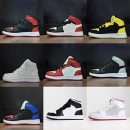 2019 дети белые теннисные туфли Nike Air Jordan 1 Дешевые новые 1 баскетбольные кроссовки ретро волк серый гамма синий черный белый красный выпускного вечера дети кроссовки кроссовки теннис дешево дети белые теннисные туфли