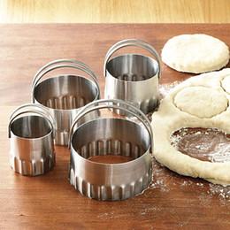 2019 spreader grossista de aço inoxidável 1.7inch para 3.4inch aço inoxidável rodada biscoito cortadores de biscoito com caneladas borda lisa com alça conjunto de 5