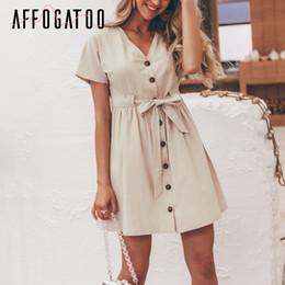 2019 ropa blanca playa moda mujer Affogatoo Vintage V Cuello Verano Vestido de Lino de Las Mujeres Botón de Manga Corta Casual Vestido de Algodón de Cintura Alta Mini Vestido Vestidos SH190706
