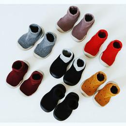 2019 menina de sola de borracha Sapatos de bebê Walkers Sapatos Solas de Borracha Não Skid Proteger Meninos Meninas Crianças Chinelos Meias Anti-slip 8 Cores LJJS123 menina de sola de borracha barato