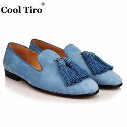 Pantalones de cuero hechos a mano hombres online-COOL TIRO nueva luz azul borla hombres fumar zapatillas de gamuza moda cuero genuino Causal zapatos hechos a mano del partido mocasines planos # 245608