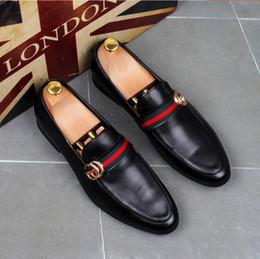 Zapatos de vestir de hombre de oro rojo online-Moda de alta calidad para hombre High Top estilo británico Rrivet Causal zapatos de lujo de los hombres de oro rojo zapatos inferiores negros zapatos de vestir para hombre