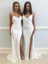 Baile elegante vestidos correias fendas on-line-New White Elegante Damas de honra Vestidos Formais V Pescoço Cintas de Espaguete Prom Dress Sereia Vestidos de Festa À Noite Com Fenda Dividida Frente Lado