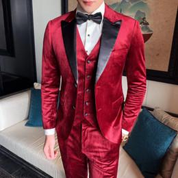 мужские костюмы красные Скидка Burgundy Velvet Suits Men Red Suits Party Dress Mens Wedding Mens 3 Piece 2019 Smoking Slim Fit Traje Hombre Groom Tuxedo