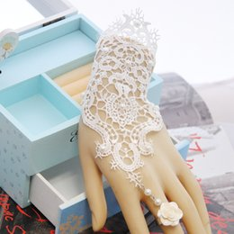 Braut armband ringe online-Elegantes Hochzeitszubehör Weißes Spitzenarmband mit Blumenring Integrierte Kette 2019 Spitzenarmbänder für Bräute