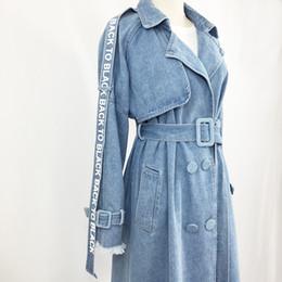 2019 neue design mode frauen brief druck zweireiher umlegekragen denim jeans midi lange schärpen trenchcoat abrigos casacos von Fabrikanten