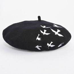 berretto animale Sconti Fashion-casuale Donne Rondine Hat Beret Ricamo Stampato BirdBlack 100% lana Animal Cap Boina Feminina Robin Beret Boutique Cappello Artista