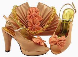 Boas cunhas on-line-Bom olhar bombas de mulheres de pêssego e saco conjunto com borboleta projeto sapatos africanos jogo bolsa para MM1079, calcanhar 11.5 cm