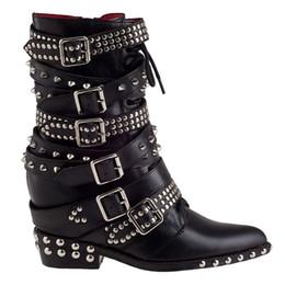 Sıcak Satış-Siyah Perçinler Çiviler Bayan Deri Ayak Bileği Çizmeler Pist Moda Spike Kısa Motosiklet Patik Toka Askı Casual Punk Takozlar Ayakkabı nereden