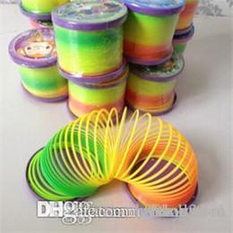 Crianças primavera brinquedos on-line-ht hxldoor Atacado 1PCS Hot Sale plástico colorido mágico Slinky brinquedo clássico Funny Spring Crianças do arco-íris crianças brinquedos educativos Atacado
