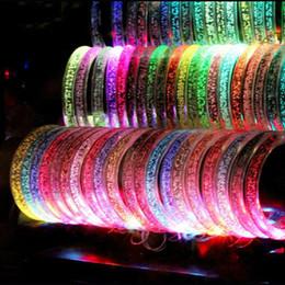 Светодиодные браслеты онлайн-LED Акриловые Блеск Glow Вспышка светодиодный Браслет Светящиеся игрушки Палочки Светящийся Кристалл Кольцо Для Рук Браслет Потрясающие Танцевальная Вечеринка Рождественские Подарки A001