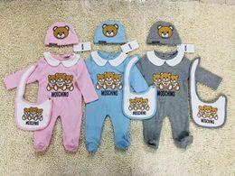 2019 niños pequeños vestidos Ropa de bebé de la manera fijada Lindo Recién nacido Bebés Niños Carta Romper bebé baberos Cap Trajes Conjunto