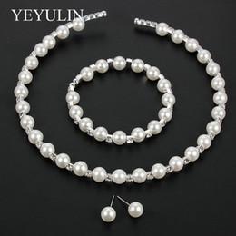 Elegantes brazaletes de perlas online-Las mujeres de moda Initation Pearl Choker Necklace Stud Pendientes Brazalete de novia elegante Conjuntos de joyería para mujeres Accesorios de boda