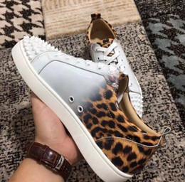Zapatillas de leopardo de fondo rojo online-New Perfect Low Top Gradient Leopard Patente de cuero con pinchos Zapatillas de deporte Mujer, Zapatos de hombre en rojo Fondo de otoño e invierno Ocio