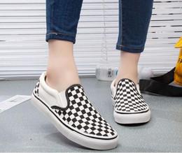 White women s canvas shoes slip on-line-2018 homens / mulheres sapatos clássicos sapatos de lona outono dos homens preto e branco selvagem placa sapatos