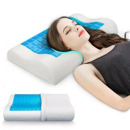 Almohadas de cuello para dormir online-Almohada de memoria para el hogar Ropa de cama para el dormitorio de verano Almohada para dormir Gel de enfriamiento Memoria para el cuello Relajante Protección textil