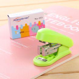 grampeador para escritório Desconto Mini Kawaii grampos máquina livro secretaria da escola costura novidade verde azul livro grampeador conjunto esgoto rosa com embalagem blister