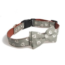 Cane di prua di xs online-Dog Cat Safety Buckle Accessories Collare dell'animale domestico di modo Cucciolo del collo di nodo dell'arco Cute Easy Wear Stampato il regalo di decorazione della decorazione