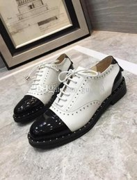 Zapatos formales blancos de las mujeres online-Diseñadores Spike Studded Women Shoes Flat bottom Formal Business Shoes White Black Oxfords