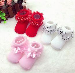 calcetines de lunares niñas Rebajas Bebé recién nacido calcetines de encaje flor bowknot polka dot niñas antideslizantes princesa calcetines suave cálido algodón calcetines cortos adecuados 0-12 meses