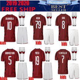 Mejores uniformes de futbol online-Mejor calidad 18 19 20 Milan Kids Soccer Jersey kit 19 20 # 19 PIATEK # 10 CALHANOGLU # 13 ROMAGNOLI CUTRONE kits de uniforme de camiseta de fútbol infantil