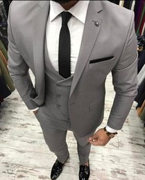 Chaqueta de traje gris delgado flaco online-Custom Made Light Grey Men Suit Slim Fit 3 piezas Skinny Groom Tuxedo trajes de baile Custom Groom Blazer Jacket + Pant + Vest