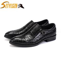 Vestido de caballero online-2019 Nuevos zapatos de vestir de lujo para hombres Hebilla de punta puntiaguda Patrón tallado Zapatos formales de negocios Hombres negros Boss Gents wedding