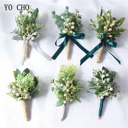 2019 fiori di fioritura all'ingrosso YO CHO fiore all'occhiello Boutonniere Corpetti bianchi verdi bacche artificiale pianta di eucalipto foglia pino aghi in stile foresta festa di nozze forniture