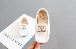 MARQUE lettre de mode enfants pois nouveau garçon petit cuir PU britannique vent en cuir enfants mocassins fond mou blanc enfant en bas âge chaussures de sport ? partir de fabricateur