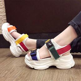 Sapatos de plataforma de sandálias brancas grossas on-line-Plataforma Sandálias de Cunhas Moda Couro Fivela de Verão Das Mulheres de Sola de Espessura Sandália de Praia Casuais Chunky Mulher Sapatos preto Branco
