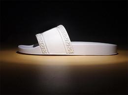 2019 zapatillas de uso doméstico Versace NUEVAS zapatillas de diseñador Pantalón de mujer para hombre sandalias de rayas causales Huaraches antideslizantes de verano con zapatillas chanclas de casa zapatillas 5-12 rebajas zapatillas de uso doméstico