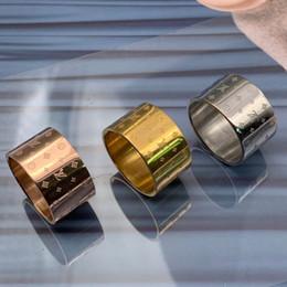 Anéis largos para mulheres on-line-2019 luxo de alta qualidade 316 titanium aço prata ampla grande carta de amor flor wedding band anel para mulheres dos homens frete grátis