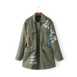 Mujer bordada zanja online-Nuevo cordón bordado Windbreaker para mujeres verde del ejército Trench ocasional para mujer letras decorativas Graffiti abrigos básicos DS50789