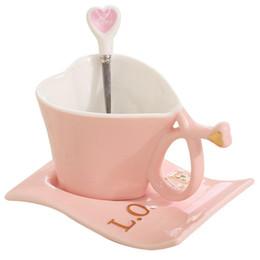 Tazze di caffè in ceramica rosa online-Tazza da caffè in ceramica Tazza a forma di cuore Tazza da latte creativa rosa con cucchiaio Set di tazze regalo per San Valentino