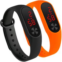 2019 orologio digitale a mano per gli uomini Sport da 12 colori Sport da uomo Led Digital Watch Hand Ring Led Sport Fashion Electronic Watch Orologio elettronico in silicone relogio orologio digitale a mano per gli uomini economici
