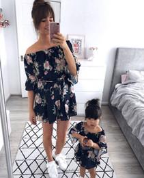 2019 olhar para a família por atacado Mamãe e eu roupas combinando Meninas orvalho ombro vestido de princesa crianças barra pescoço floral impresso falbala manga Arcos cinto vestido de praia F6387