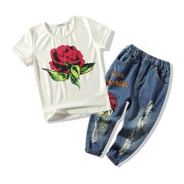 джинсы для девочек Скидка Мода роза цветок девушки костюмы повседневная детская дизайнерская одежда девушки наряды с коротким рукавом футболка + отверстие джинсы детские комплекты одежда для девочек A6448