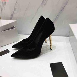 Encantos del zapato de la boda online-2019 nuevos zapatos de vestir de estilo europeo y americano Tela de franela personalizada de gama alta encanto delicado zapatos de vestir de boda