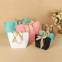 geschenkbeutel papier boutique Rabatt 5 Farben Papier Geschenkbeutel Boutique Kleidung Verpackung Taschen mit Schleife Band Elegante Kartonverpackung Einkaufstaschen für Feier Geschenkverpackung
