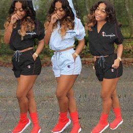 2019 conjunto de meias longas Mulheres Campeão Treino Boutique Com Capuz de Verão de Manga Curta t shirt Top + shorts 2 Pcs Conjunto Sportswear Roupas Terno Esportes A32002
