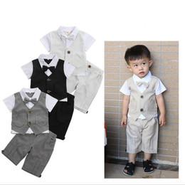Novo Verão Cavalheiro Estilo Baby Boy Roupas de Manga Curta de Duas Peças Terno Crianças Bow Tie Vestidos Imagens Meninos Tops Calças Roupas Infantis de