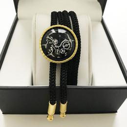 Hombres jóvenes Bolo Tie Cowboy Fashion Jewelry Pajaritas Reloj Movimiento con metal dorado Desgaste del cuello Regalo de cumpleaños desde fabricantes