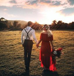 Vestidos de recepcion de boda baratos rojos online-Rojo Corto Delantero Largo Trasero País Occidental Bateau Vestidos de novia Gasa Alto Bajo Vestidos de novia Vestido de recepción de boda de playa barato
