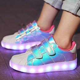 zapatos de led rosa niños Rebajas 2018 Nuevo rosa Led niños de carga USB que brilla zapatillas de deporte de los niños gancho Lazo Moda Zapatos luminosos para chicos, chicas Hombres Mujeres # 25-36 Y19051303